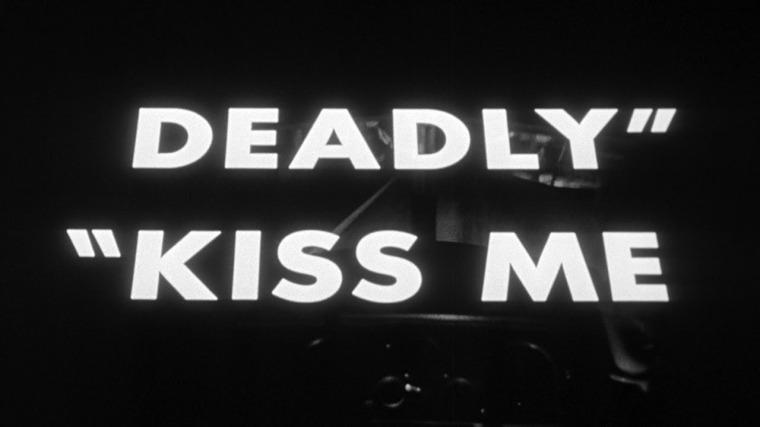 Crédits déroulant inversé, au début de Kiss Me Deadly (1955)